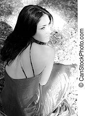 foto preta branca, de, mulher, triste, em, floresta
