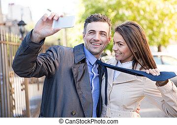 foto, selfie, ao ar livre, fazer, sorrindo, par
