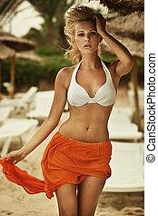 foto, van, sensueel, blonde, wandelende, op het strand