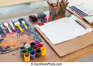 foto, von, gouache, und, aquarell, mit, bürsten, satz, in, kunst, studio., oel, farben, geschmiert, auf, palette