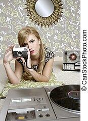 fotoapperat, retro, foto, frau, in, weinlese, zimmer