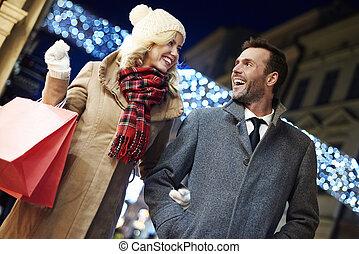 fotografía, de, alegre, pareja, con, bolsas de compras