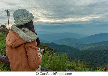 fotograf, aufnahme nehmend, von, landschaftsbild, von, spitze berges