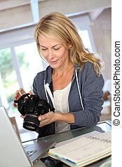 fotograf, laptop, frau, arbeitende , daheim