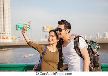 fotografera, kvinna, selfie, yngre, kopplar, ringa, lokalisering, ta, man, smart, resande
