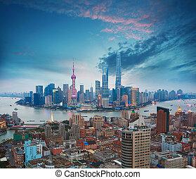 fotografia aérea, em, shanghai, bund, skyline, de, anoitecer