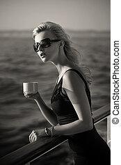 fotografia, kawa, black&white, kobieta interesu, filiżanka
