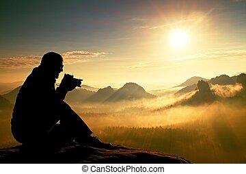 fotografia, leva, fotografias, de, alvorada, acima, pesado, nebuloso, valley., paisagem, vista, de, nebuloso, outono, montanha, colinas, e, feliz, homem, silueta