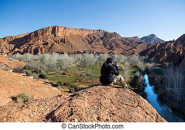 fotografo, presa, uno, paesaggio, foto, di, splendido, dades, gola, valle, marocco