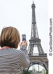 foto's, cellphone, vrouw, parijs, boeiend, eiffel, gebruik, toren