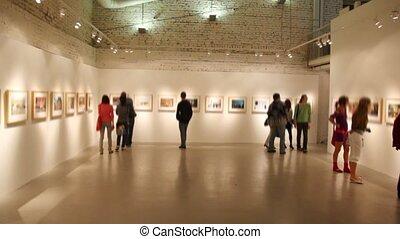 foto's, groep, jongeren, blik, zaal, tentoonstelling