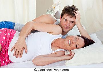 fototoestel, bed, vrolijke , gedurende, het glimlachen, het liggen, toekomst, ouders, morgen