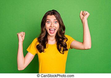 fou, t-shirt, usure, élévation, bouclé, clair, isolé, hurlement, fond, photo, vert, vif, bon, célébrer, bruyant, dame, joli, jaune, poings, couleur, rigolote, événement, désinvolte