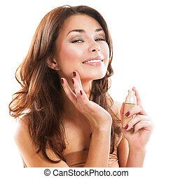 foundation., mujer hermosa, aplicar el maquillaje