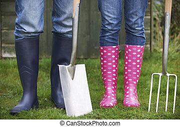 fourchette, jardinage, couple, tenir fermeture, bêche