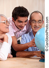 fourmi, petit-fils, grands-parents, globe, regarder, leur