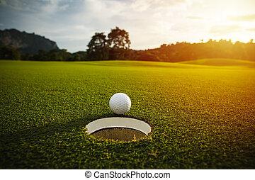 foyer., balle, golf, sélectif, flamme, effet, lumière soleil, lentille, bon, arrière-plan vert, blanc, herbe, trou