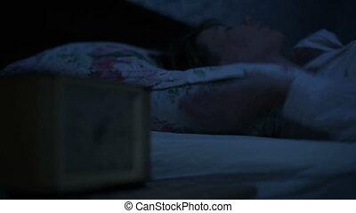 foyer, girls., sommeil, imitation, froid, pyjamas, girl, regarder, incapable, bas, effet, clock., heures, clã©, variable, gros plan, lumière, reveil, lit, figure, américain, mensonge, nuit, night.