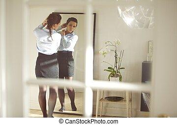 främre del, affärskvinna, ung, spegel