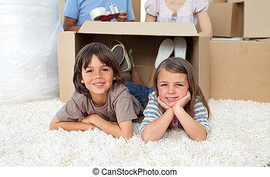 frères soeurs, boîtes, adorable, jouer