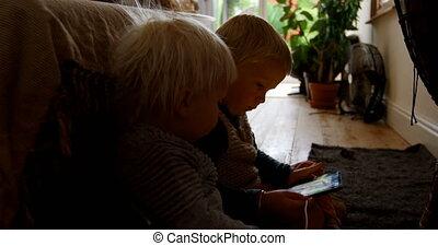 frères soeurs, maison, numérique, utilisation, tablette, 4k