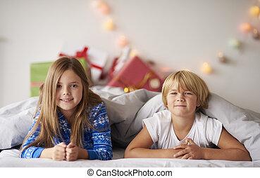 frères soeurs, noël heureux, lit, portrait
