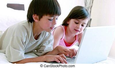 frères soeurs, ordinateur portable, dactylographie