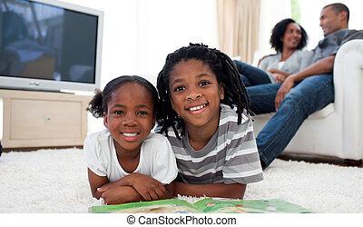 frères soeurs, sourire, lecture, mensonge, plancher