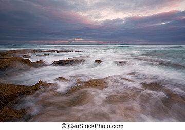 früher morgen, landschaftsbild, von, wasserlandschaft, aus, felsiges ufer, und, glühen, sonnenaufgang