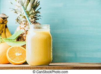 fraîchement, mélangé, jaune, et, orange, smoothie fruit, dans, pot verre, à, paille