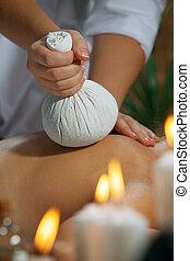 fragmento, vista, de, mulher jovem, em, spa, meio ambiente, é, sendo, massaged
