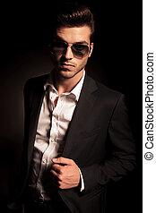 frais, lunettes soleil, jeune homme, complet