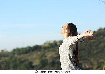 frais, respiration, femme, bras, heureux, étirage, air