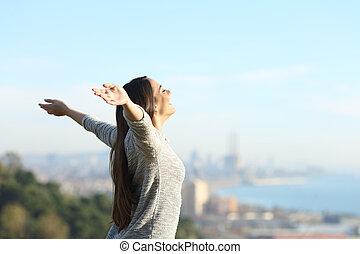 frais, respiration, femme, bras, heureux, étirage, dehors, air