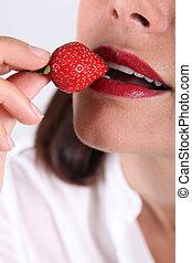 fraise, femme mange