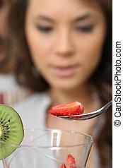 fraise, femme mange, salade