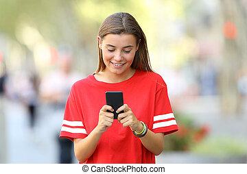 framdelen beskådar, av, a, tonåring, användande, a, smart, ringa