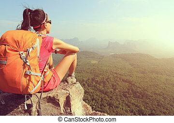 framgångsrik, kvinna, vandrare, tycka om, den, synhåll, hos, bergstopp, klippa