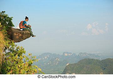 framgångsrik, kvinna, vandrare, tycka om, den, synhåll, på, bergstopp, klippa