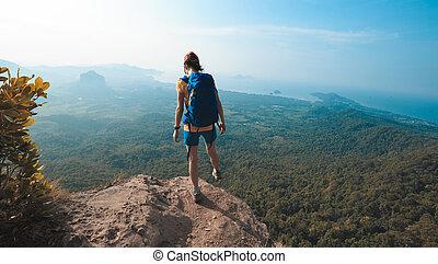 framgångsrik, kvinna, vandrare, vandrande, på, klippa, maka, topp, av, fjäll