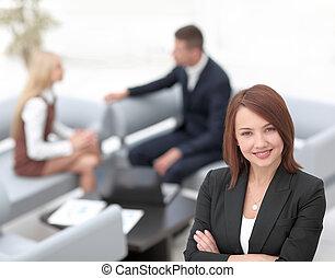framgångsrik, ung, affärsverksamhet kvinna, på, suddig fond, kontor