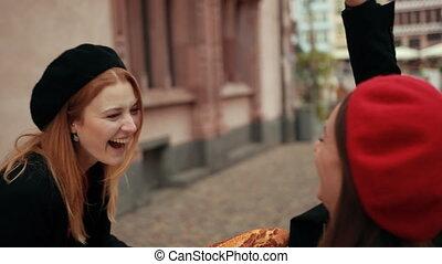 francais, béret, beau, rouges, pains, deux, baston, femmes, vestes, noir
