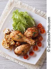frango fritado, pernas, com, cogumelos, e, tomates, vertical, vista superior