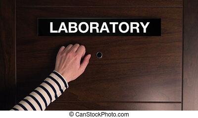 frappement, femme, porte, laboratoire