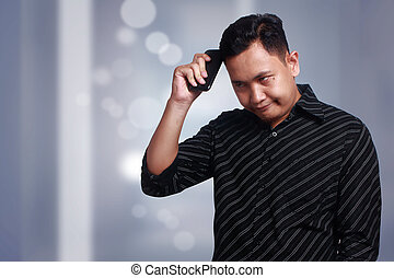 frapper, cellphone, tête, jeune homme