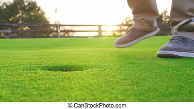 frapper, tee, homme, balle, sunset., golf, adulte, closeup.