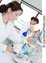 frasco, examinando, cientista, femininas, líquido