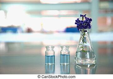 frasco, y, frasco, con, flor púrpura, en, ciencia, médico, laboratorio