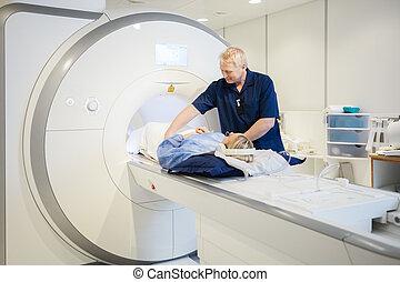 frau, überfliegen, radiologe, junger, vorbereiten, mann, mri