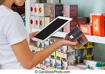 frau, abtastung, barcode, durch, digital tablette